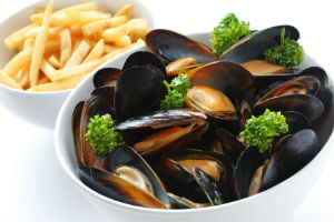 Steamed mussels with fries